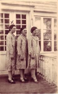3 naista s